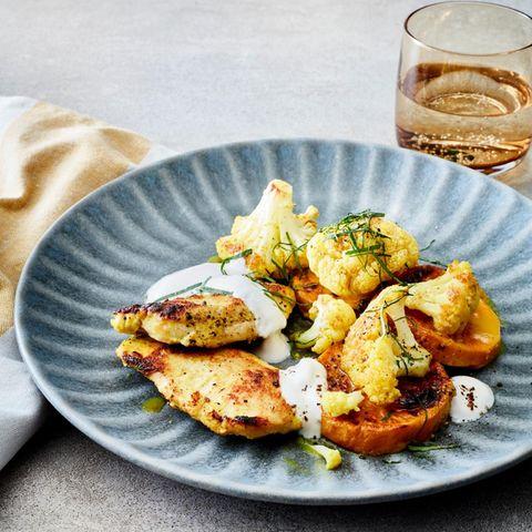 Joghurt-Hähnchen mit Süßkartoffeln und Blumenkohl