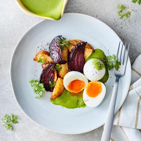 Eier in Senf-Petersilien-Sauce mit Ofengemüse