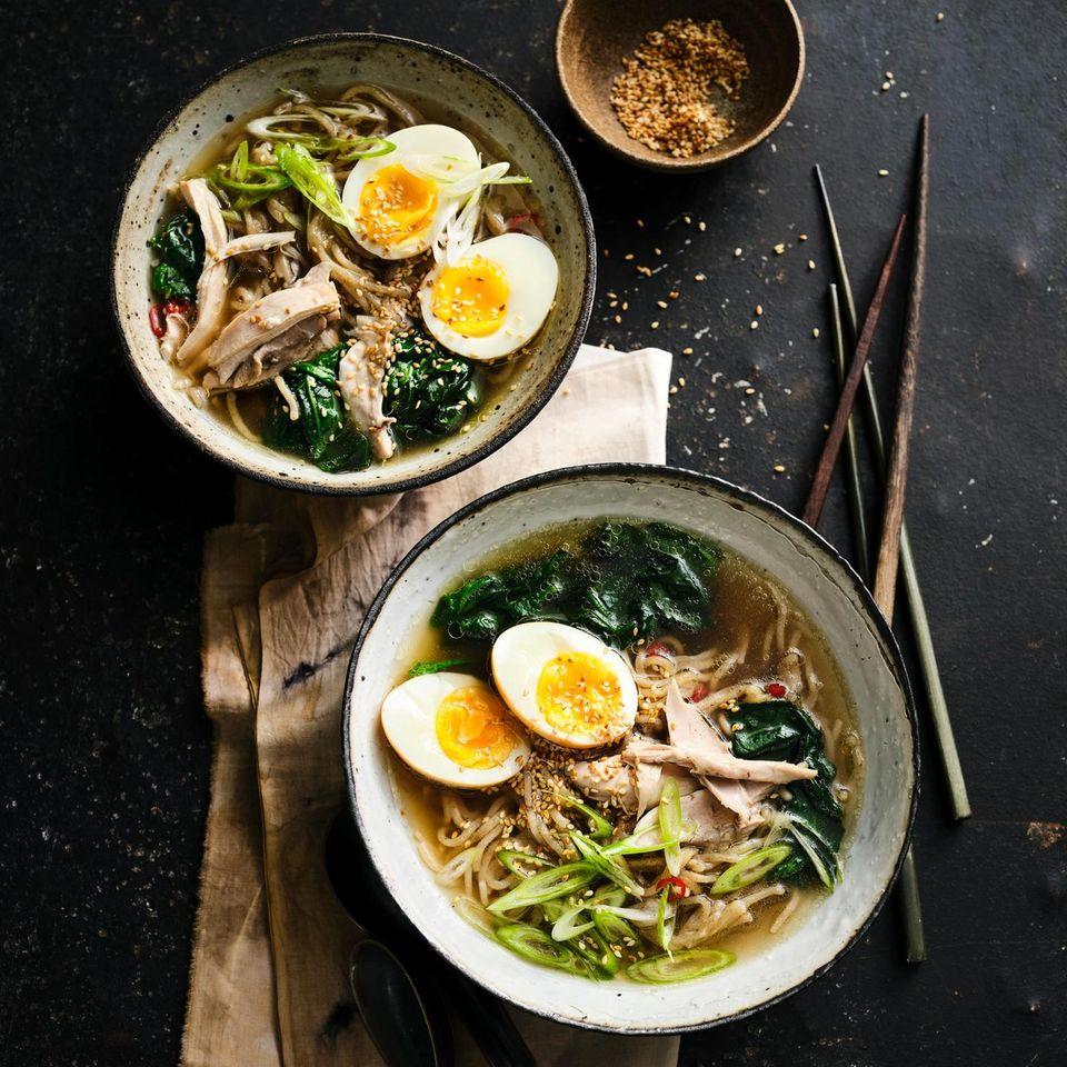 Ramen-Suppe mit Huhn, Ei und Spinat