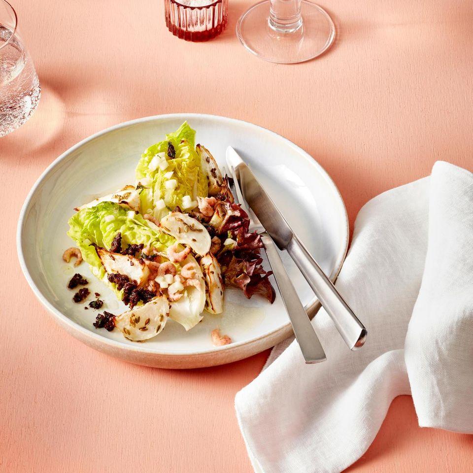 Blattsalat mit Krabben und karamellisierten Mairüben