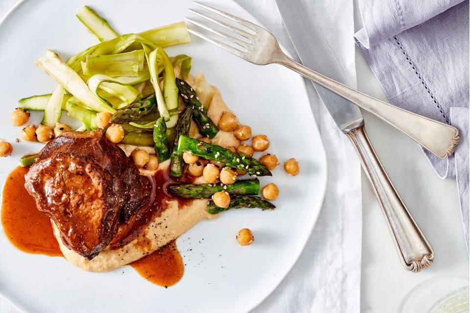 Spargelsalat mit Kalbsbäckchen und Honigsauce Rezept