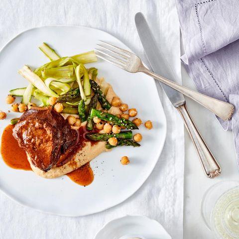 Spargelsalat mit Kalbsbäckchen und Purple-Curry-Honigsauce