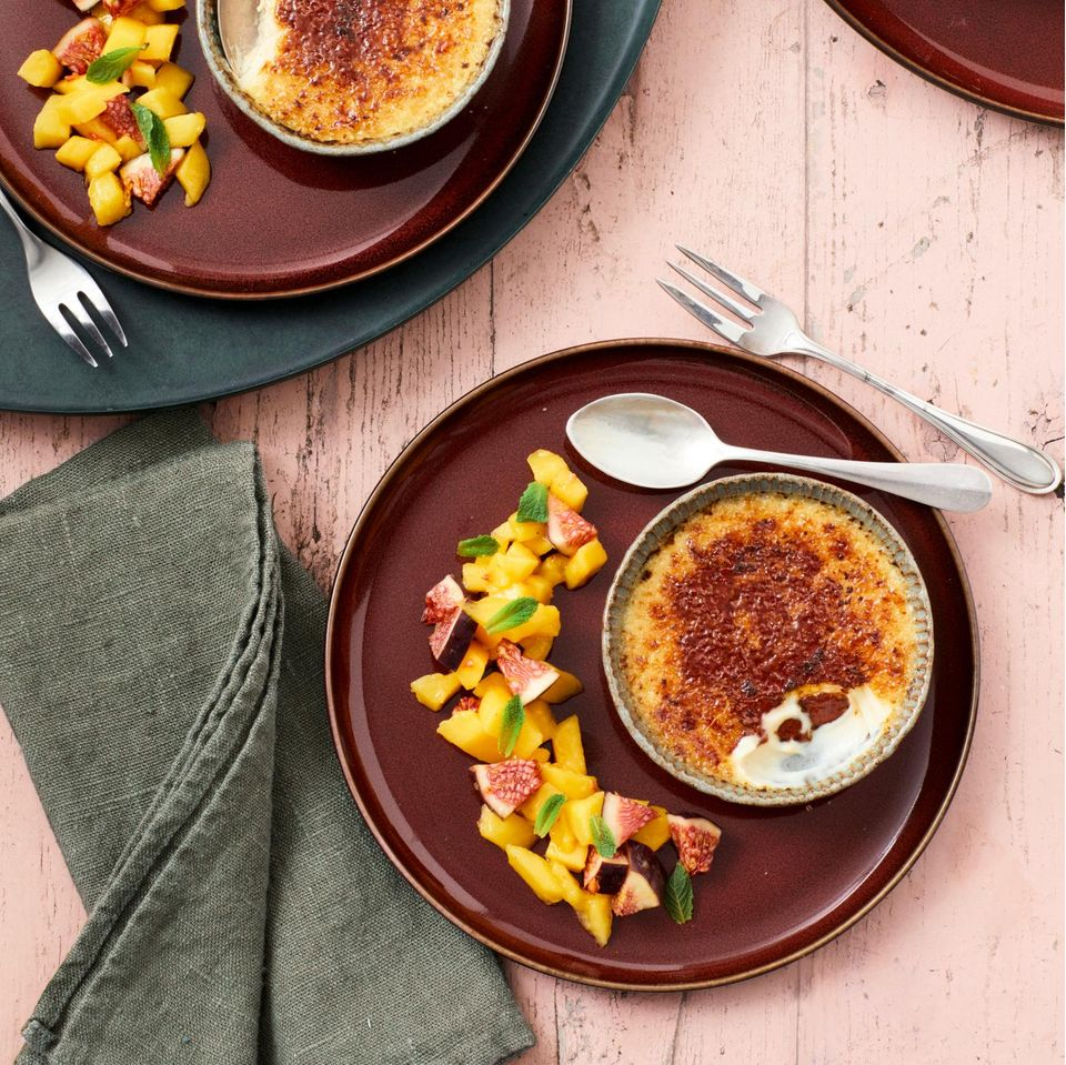 Cashew-Kokos-Crème-brûlée mit Mango-Feigen-Salat