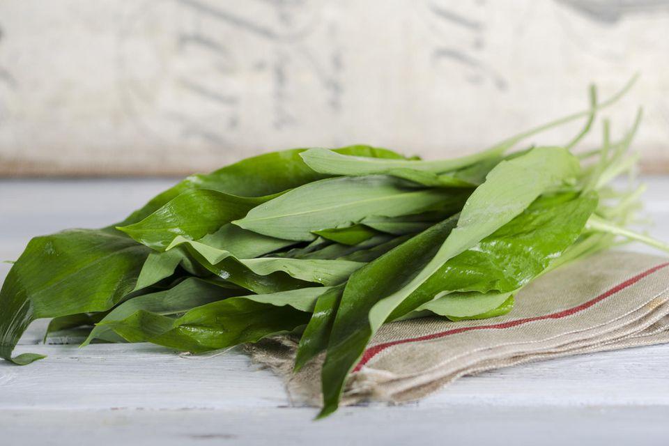 Bärlauchblätter auf Küchentuch