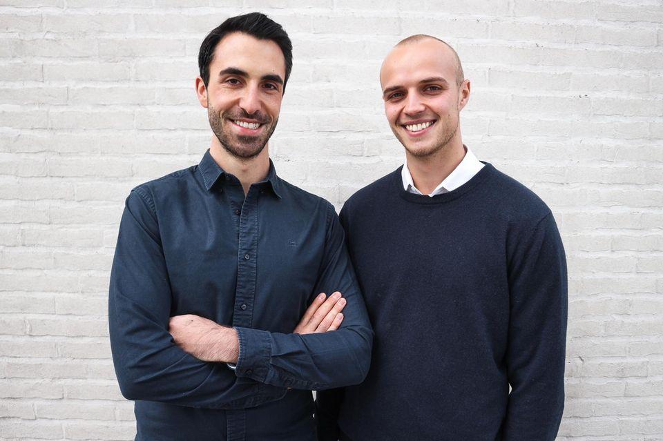 Gründer Benjamin Porten und Lorenz Greiner von Naughty Nuts vor weißer Mauer