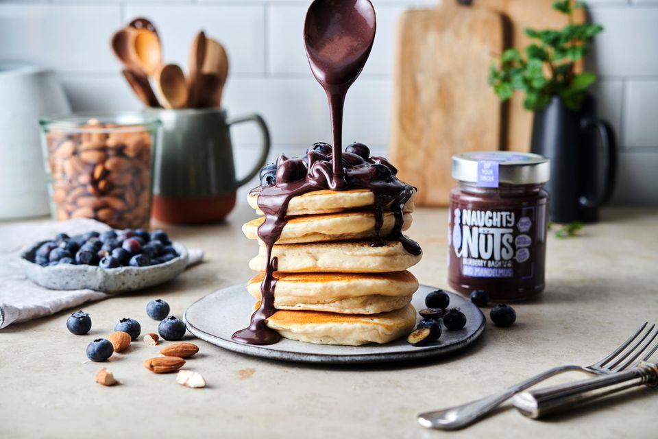 Bio Mandelmus Blueberry Bash auf Pancakes
