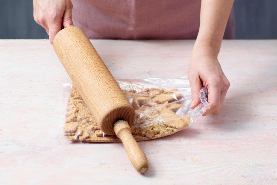 Kekse in einem Gefrierbeutel fein zerstoßen.