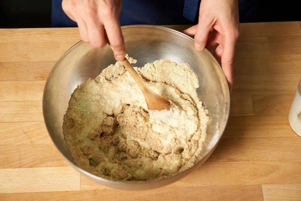 Gemahlenen Leinsamenschrot mit Flohsamenschalen, Salz, Backpulver und Sauerteigpulver vermischen und unter die Eiermischung rühren.
