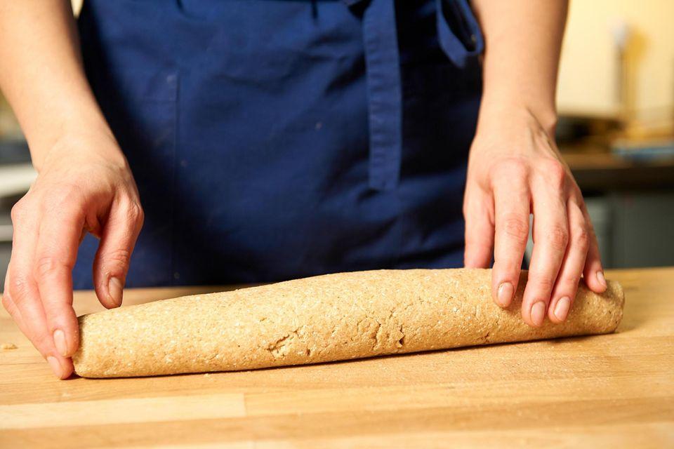 Teig zu 2 ca. 30 cm langen Baguettes formen