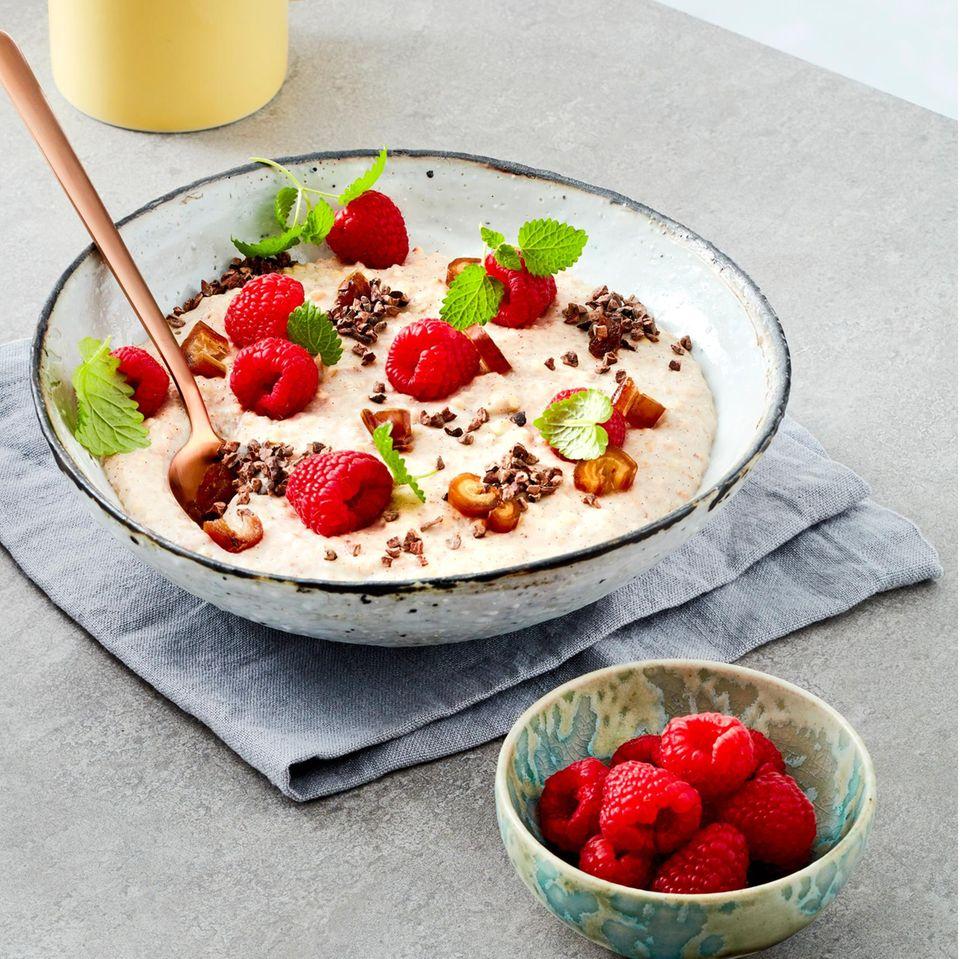 Buchweizen-Mandel-Porridge mit Himbeeren
