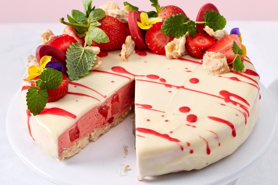 No-Bake-Erdbeertorte mit weißer Schokolade
