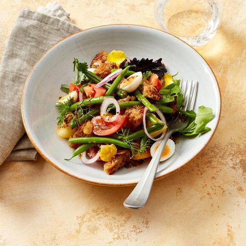 Bohnen-Brot-Salat mit Wachtelei