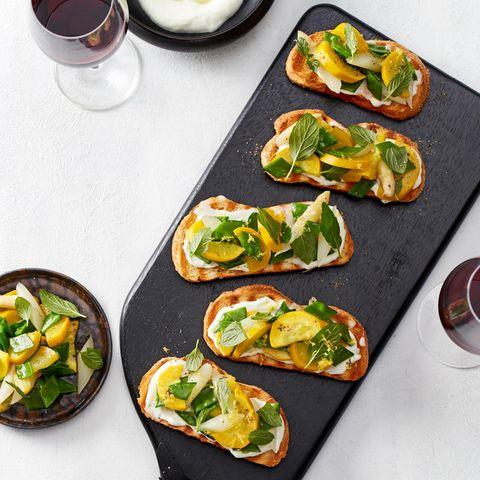 Sommer-Bruschetta mit Aioli und Salat