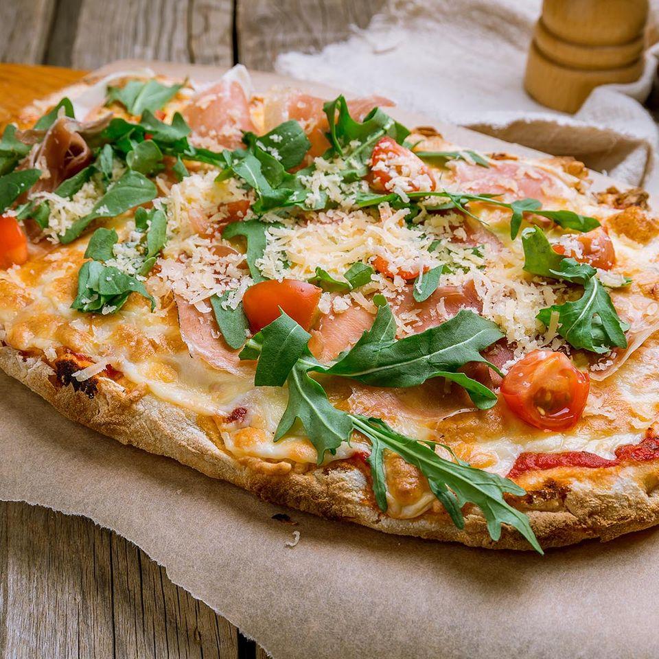 Belegt wie eine Pizza, geformt wie eine Focaccia: eine herzhafte Pinsa Romana.