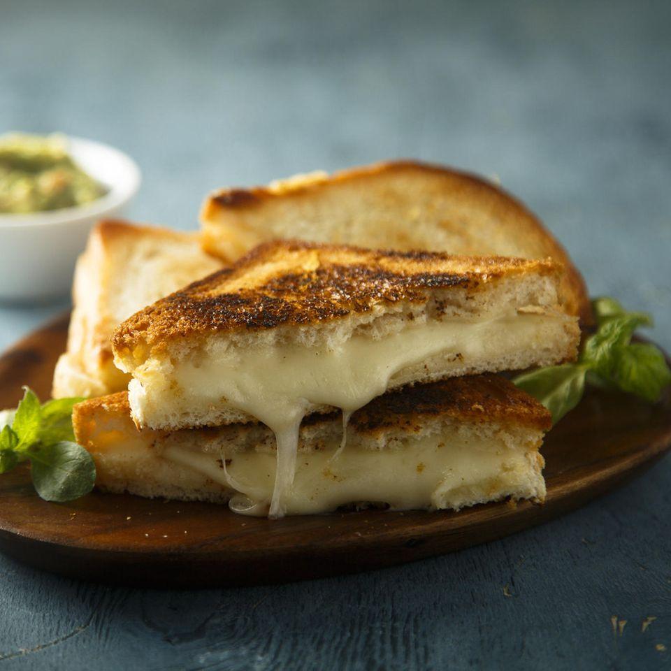 Grilled Cheese Sandwich auf braunem Teller