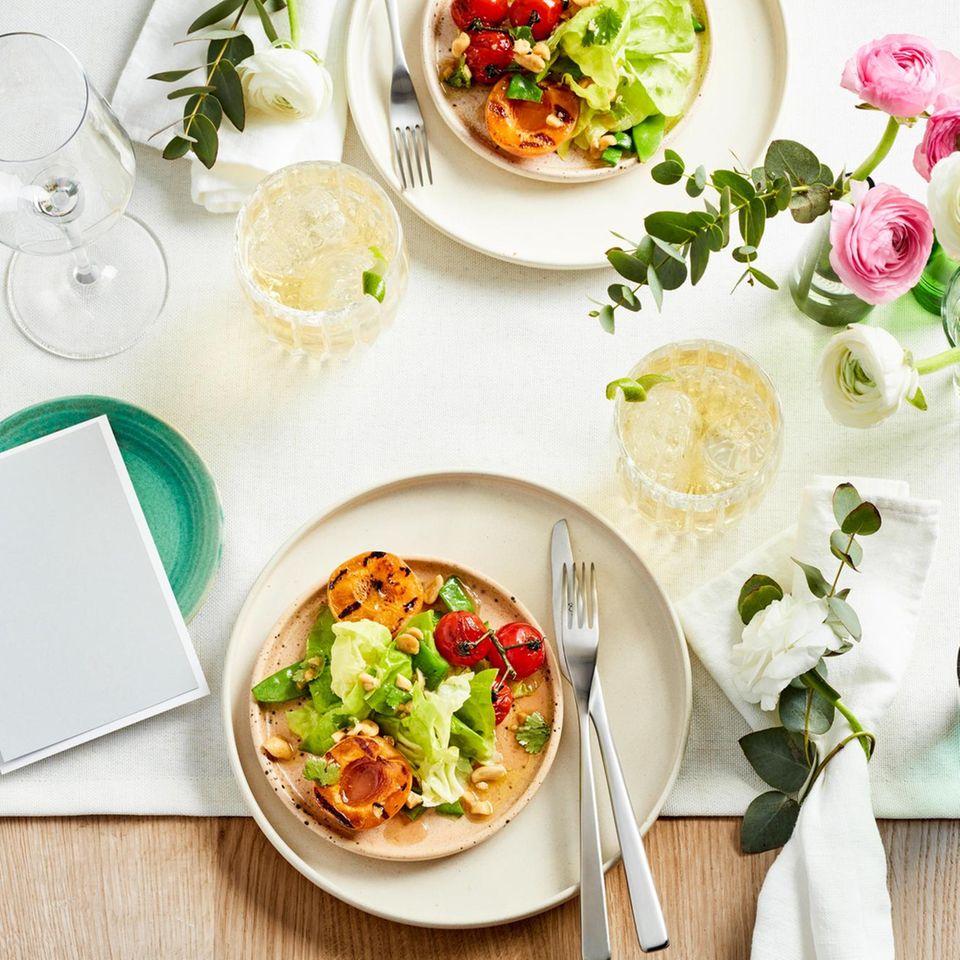 SommersalatmitgegrilltenAprikosen und Erdnüssen