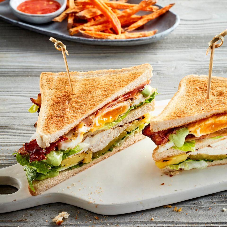 Club-Sandwich mit Schwarzfederhuhn und Süßkartoffelpommes