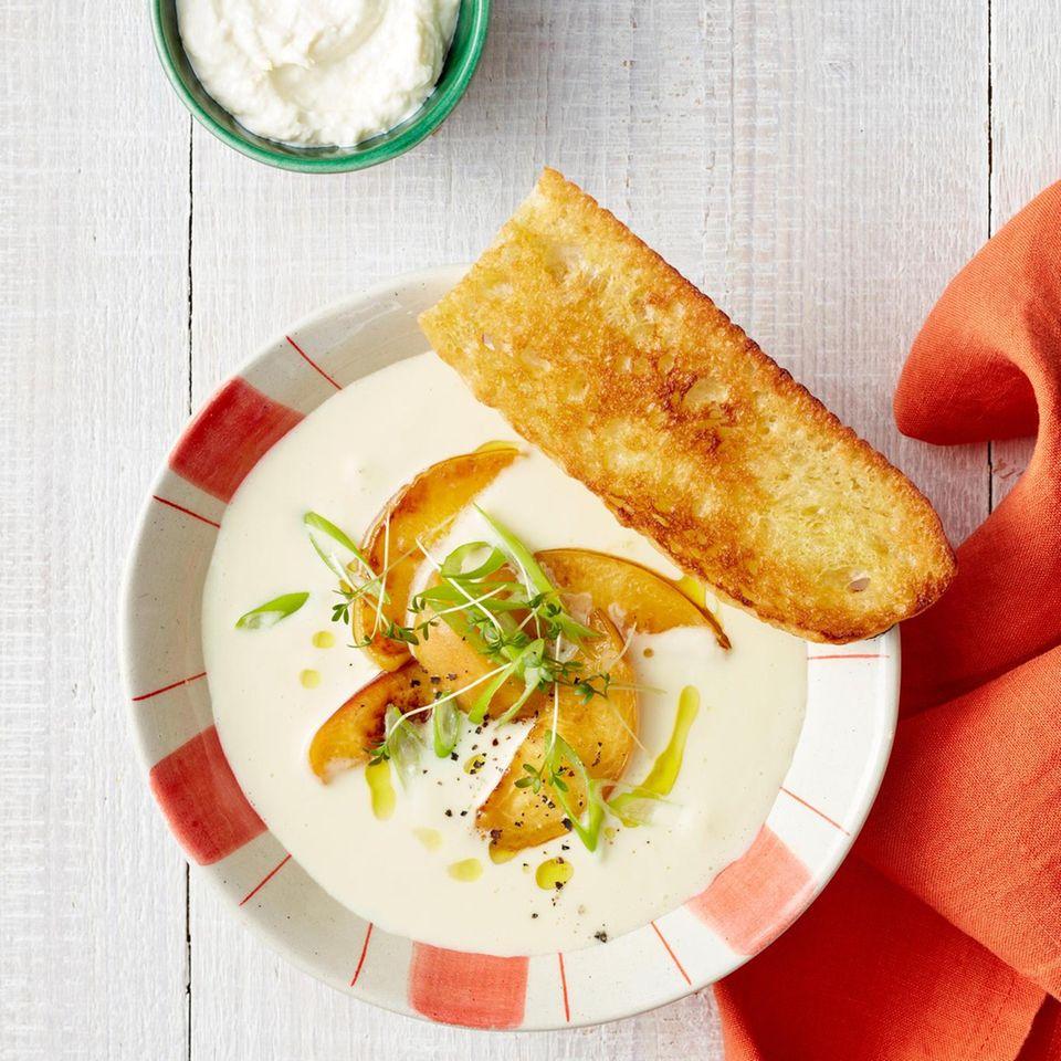 Spitzkohlsuppe mit gegrilltem Pfirsich und Ciabatta