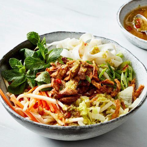 Reisnudel-Gemüse-Bowl mit Schweinefleisch