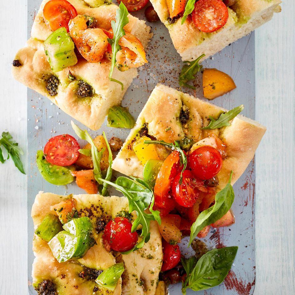 Basilikum-Focaccia mit Tomatensalat