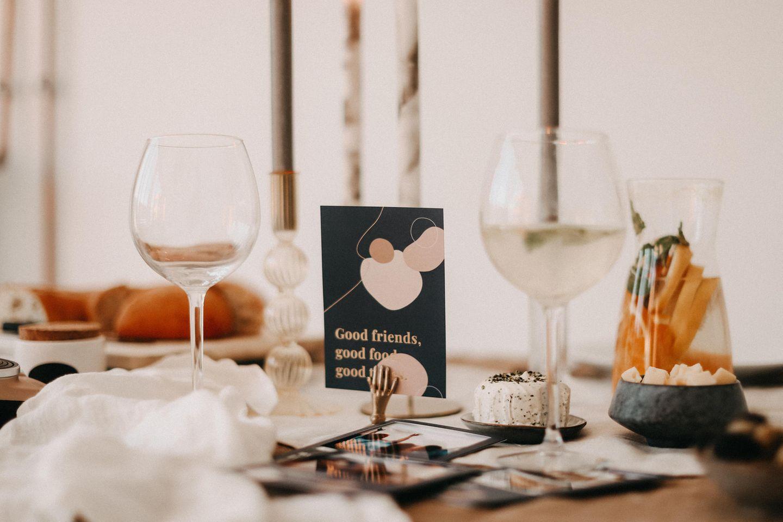 Der Tisch ist gedeckt und dekoriert. Die Gäste können kommen.