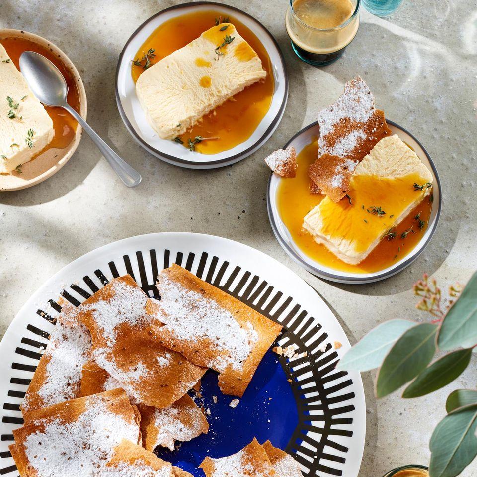 Honig-Thymian-Parfait mit Orangensirup und knusprigem Filoteig