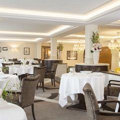 Das Restaurant besitzt einen Michelin-Stern und ist eine Institution im Bereich der Feinschmeckergastronomie. Mitten im Hotel Beau-Rivage verwöhnt der Küchenchef Dominique Gauthier seine Gäste mit einer modernen französischen Küche mit mediterranen Einflüssen. Mit einer Karte, die sich nach den Jahreszeiten richtet, bietet der Chef Menüs an, die in der kulinarischen Szene Genfs berühmt sind.    Chat-Botté  Quai du Mont-Blanc 13  1201 Genf  Website  Instagram