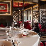 Das Tsé Fung ist das erstes chinesische Restaurant der Schweiz mit einem Michelin-Stern. Mit seiner Einrichtung bietet es einen asiatischen Rahmen mitten im La Réserve, einem Genfer Luxusrestaurant. Die Karte präsentiert das Beste aus der Küche Kantons und ganz Chinas. Probieren Sie zum Beispiel die lackierte Pekingente.    Le Tsé Fung  Route de Lausanne 301  1293 Genf  Website  Instagram