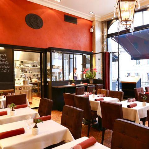In der offenen Küche des Sternerestaurants kreiert der junge Küchenchef Yoann Caloué seine ungewöhnlichen Kreationen, inspiriert von lokalen Produkten und Zutaten der Saison. Er hat ein Händchen für wunderbare Geschmacks- und Zutatenkombinationen. Mittags bietet er ein Business Lunch in 3 Gängen an sowie ein Überraschungsmenü in 4 oder 7 Gängen.      Le Flacon  Rue Vautier 45  1227 Carouge / Genf  Website  Instagram