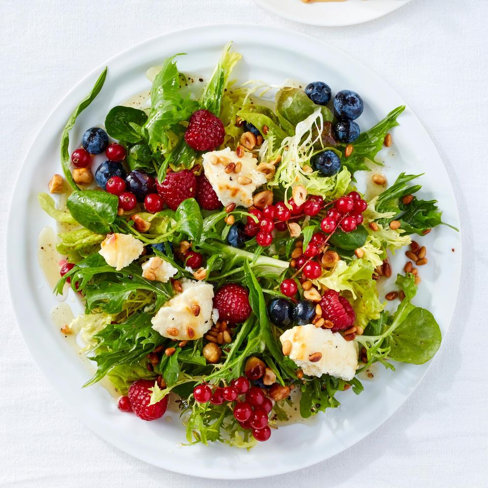 Blattsalat mit Beeren und gebackenem Ricotta