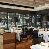 Philippe Chevrier steht hinter diesem Restaurant, das von den New Yorker Steakhäusern inspiriert ist. Entspannte Atmosphäre, schön abgehangenes Fleisch von der berühmten Boucherie du Molard, Fisch von kleinen Fischern, Gerichte vom Holzkohlegrill, meisterhafte Cheesecakes und eine hervorragende Weinkarte – ein echtes Highlight. So lautet die Bewertung vom Michelin.      Chez Philippe  Passage des Lions  Rue du Rhône 8  1204 Genf  Website  Instragram