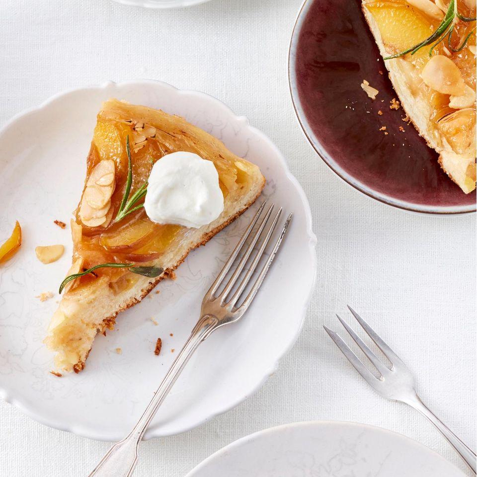 Mandel-Hefekuchen mit karamellisiertem Pfirsich und Rosmarin
