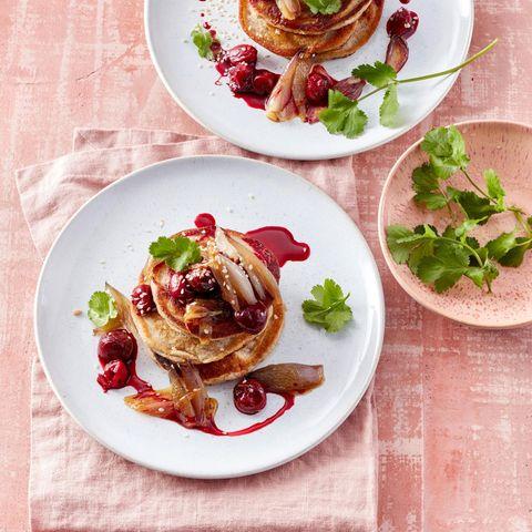 Buchweizen-Pancakes mit Honig-Schalotten und Sesam-Kirschen