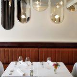 In dem lebhaften Lokal in Bahnhofsnähe und neben der Kunsthochschule speist man in nostalgischem Ambiente elegante Bistro-Küche. Serviert werden sorgfältig verarbeitete Produkte, die sich nach den Jahreszeiten richten, zum Beispiel Sellerie in der Art eines Risotto mit Foie gras oder gegrillter Thunfisch mit gebratener Roter Bete.      Le Bologne  Rue Necker 11  1201 Genf  Website  Instagram