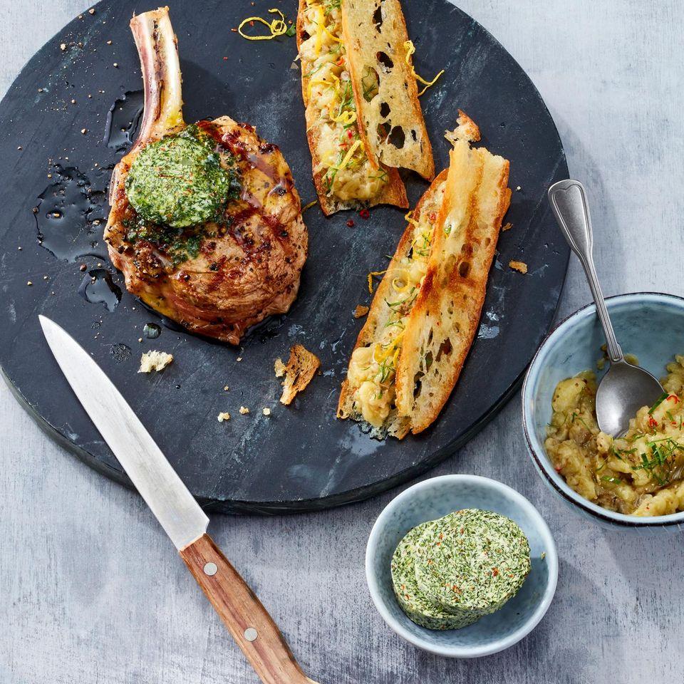 Kalbskotelett vom Grill mit Kräuterbutter und Crostini mit Auberginenmus