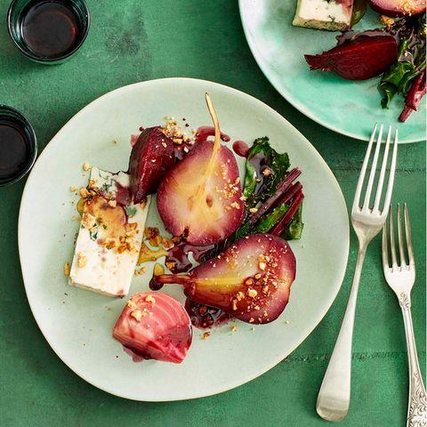 Rotweinbirnen mit Beten und Roquefort