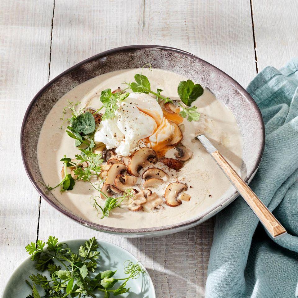 Champignonsuppe mit Pochierten Ei und Kräutern