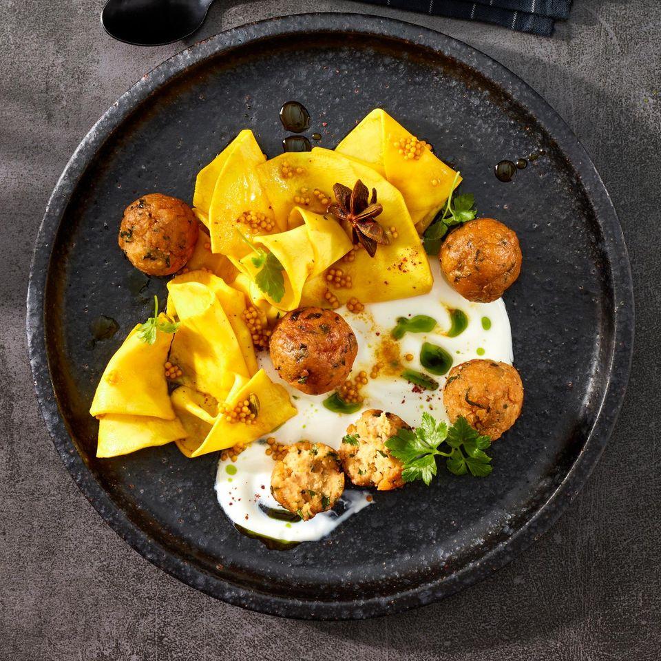 Pickled Sellerie mit Ziegenjoghurt und Falafeln