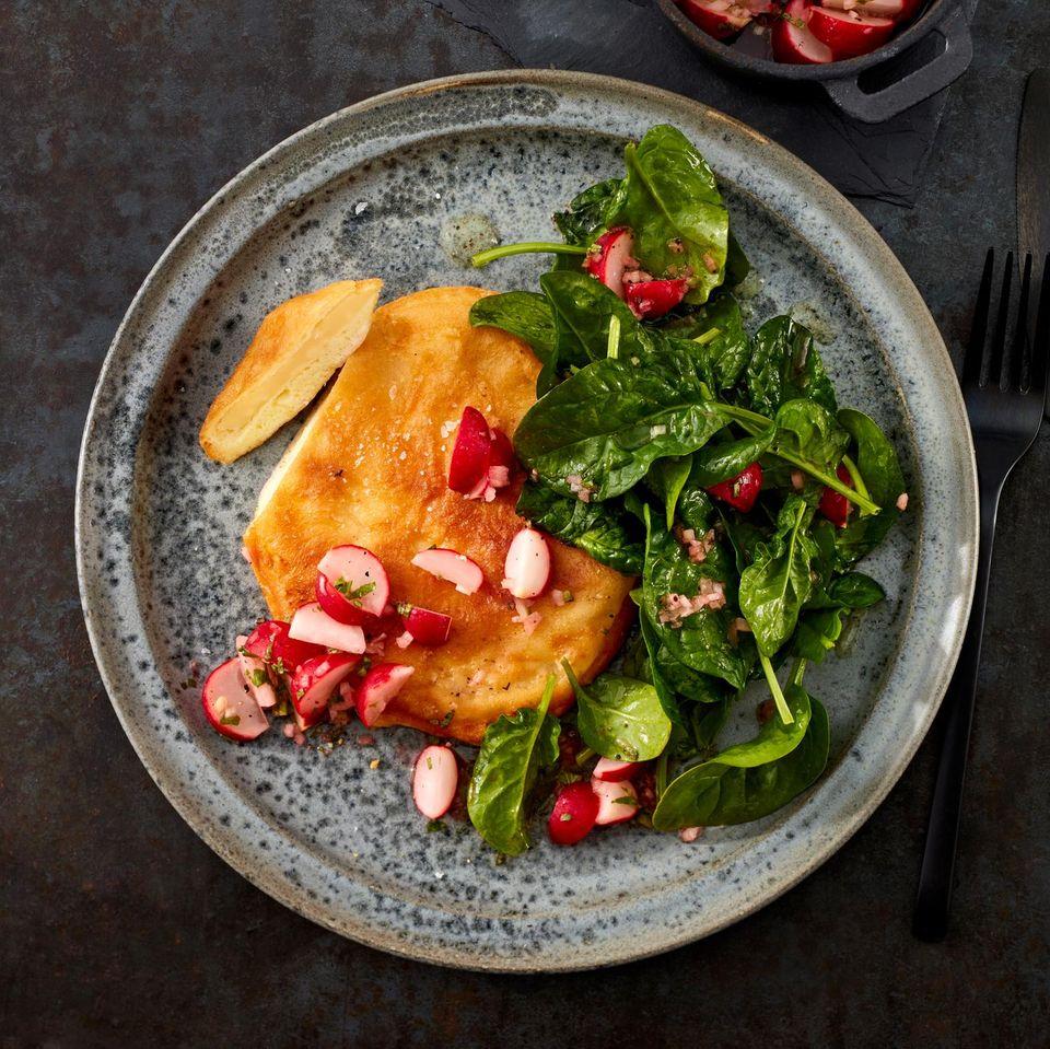 Sellerieschnitzel mit Spinatsalat und Radieschen-Salsa