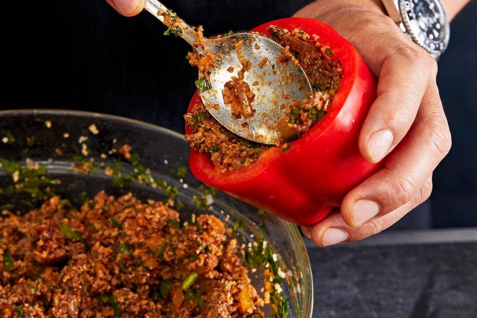 Paprika mit Hackmischung füllen