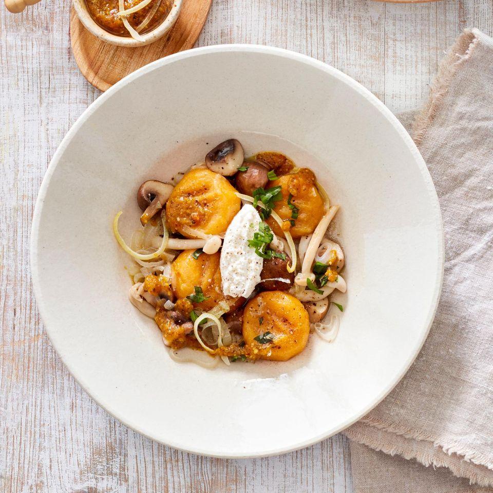 Süßkartoffel-Gnocchi mit Pilzragout und Kürbis-Pesto