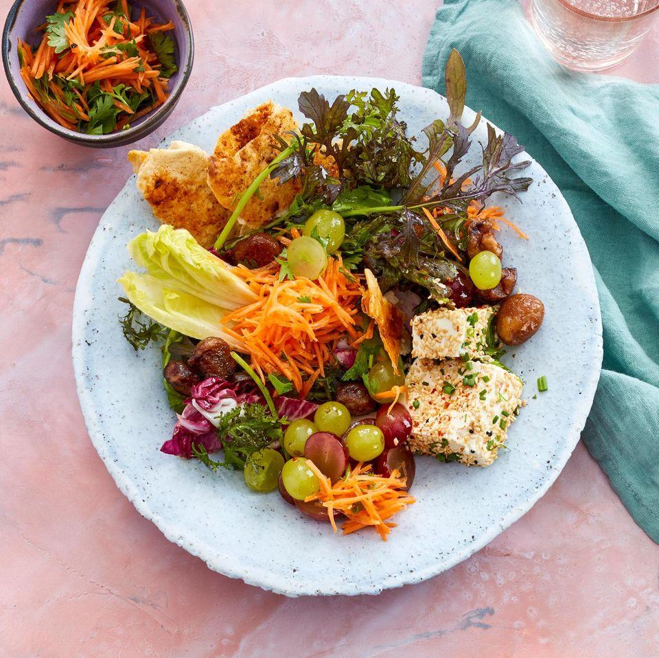 Herbstsalat mit Maronen, Trauben und Feta