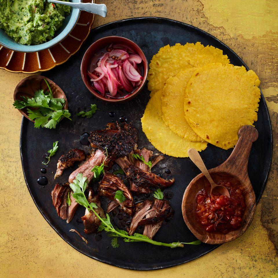 Tortillas mit BBQ-Pulled-Pork und Mole