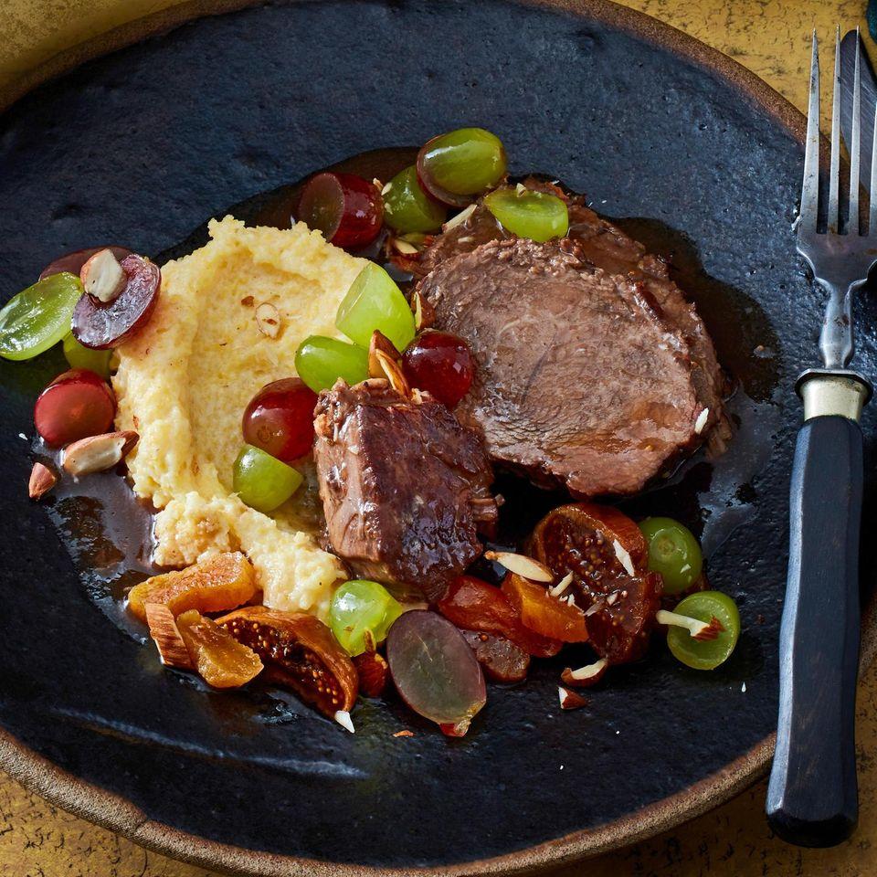 Sauerbraten mit Dörrobst und Traubensalat