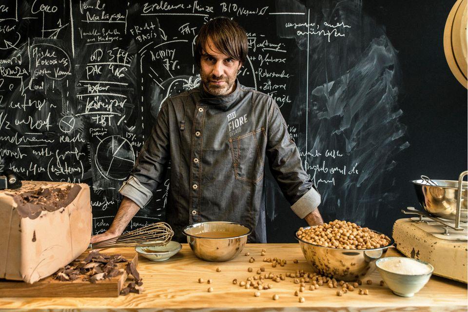 Der Gründer der Eis-Marke Stefano de Giglio in der Küche