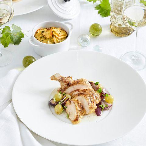 Confierte Poulardenbrust mit Anna-Kartoffeln und Traubengemüse