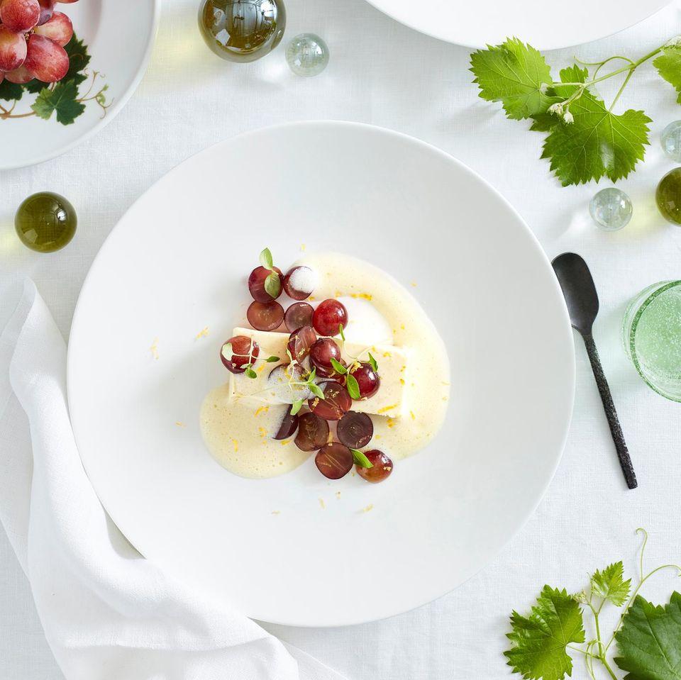 Champagner-Creme mit eingelegten Trauben und Weißweinschaum