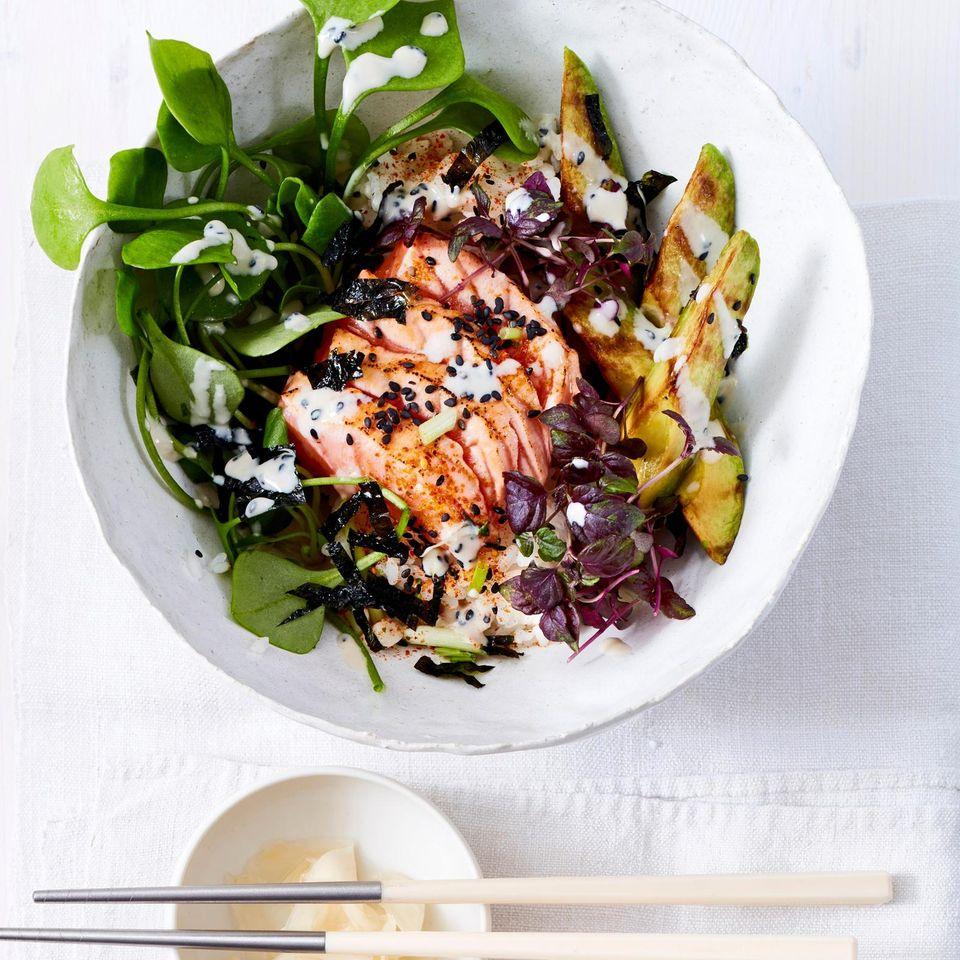 Flamed Lachs-Sushi mit Avocado und Tahin-Dressing