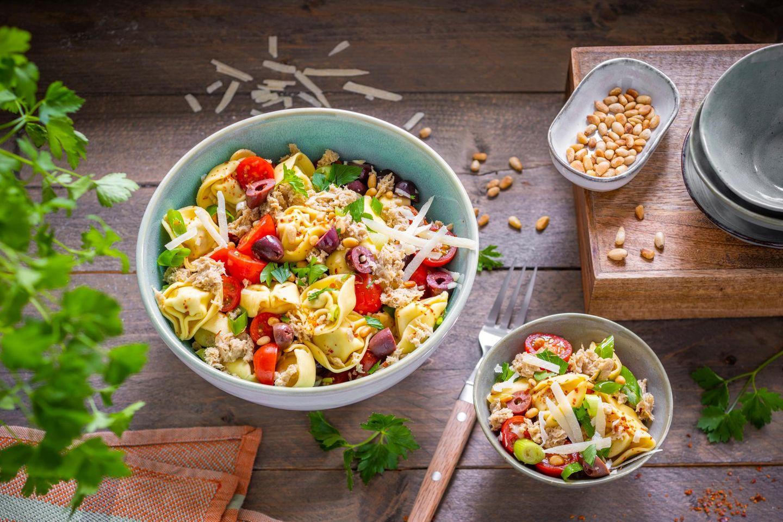 Veganer Thun-Visch im Salat angerichtet